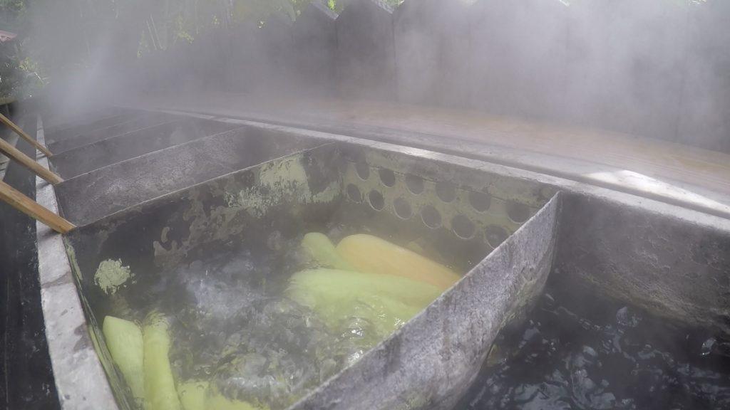 温泉の蒸しトウモロコシ