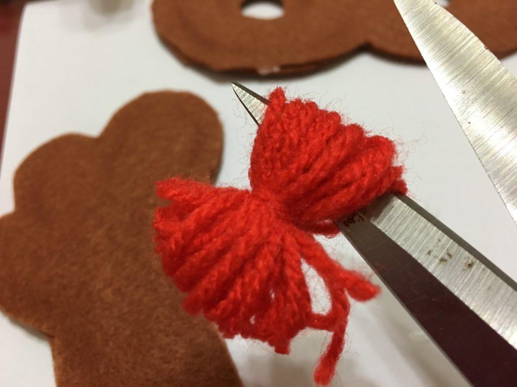 赤い毛糸で作ったトナカイの鼻制作