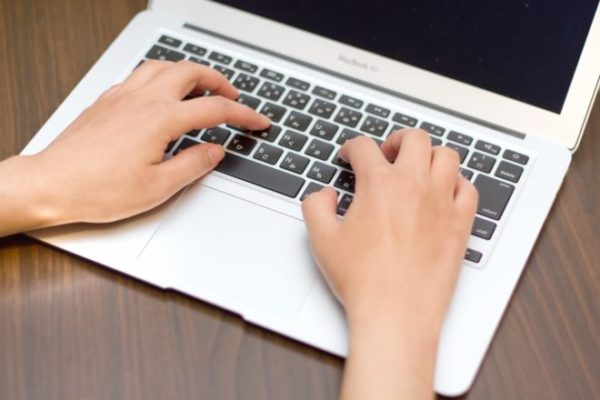 Macを使用する手の写真