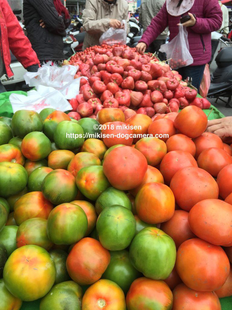朝市で売られる果物