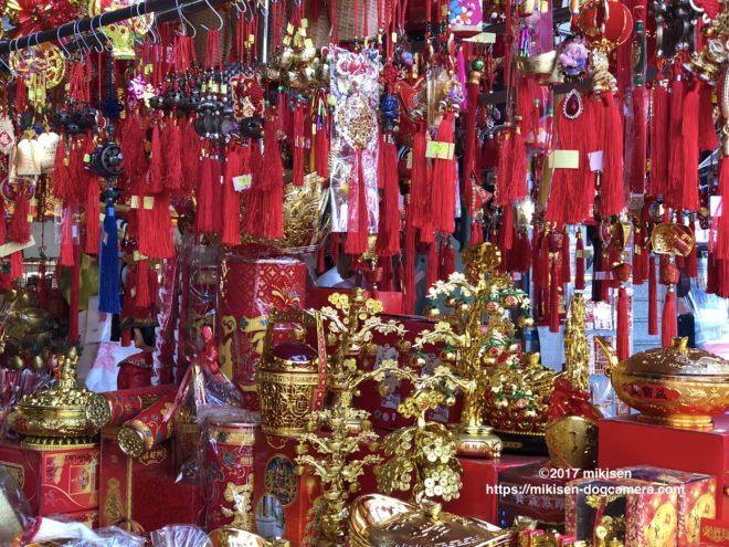 旧正月の赤い下げ飾りの写真