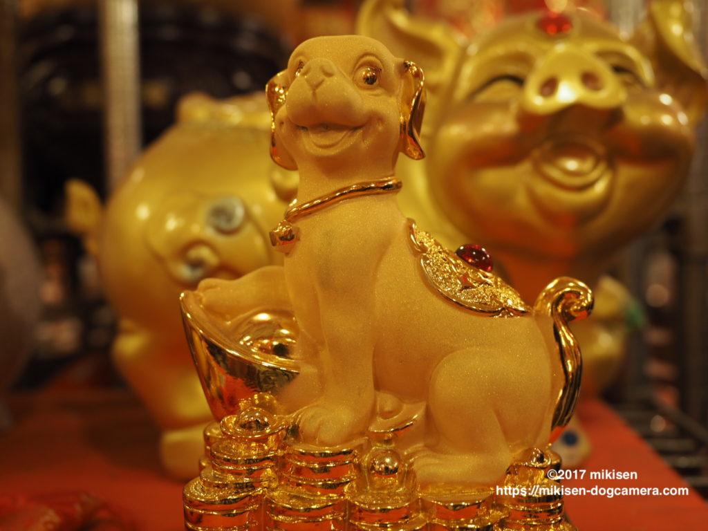 金色の犬と豚の置物