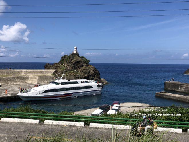 蘭嶼に到着する船