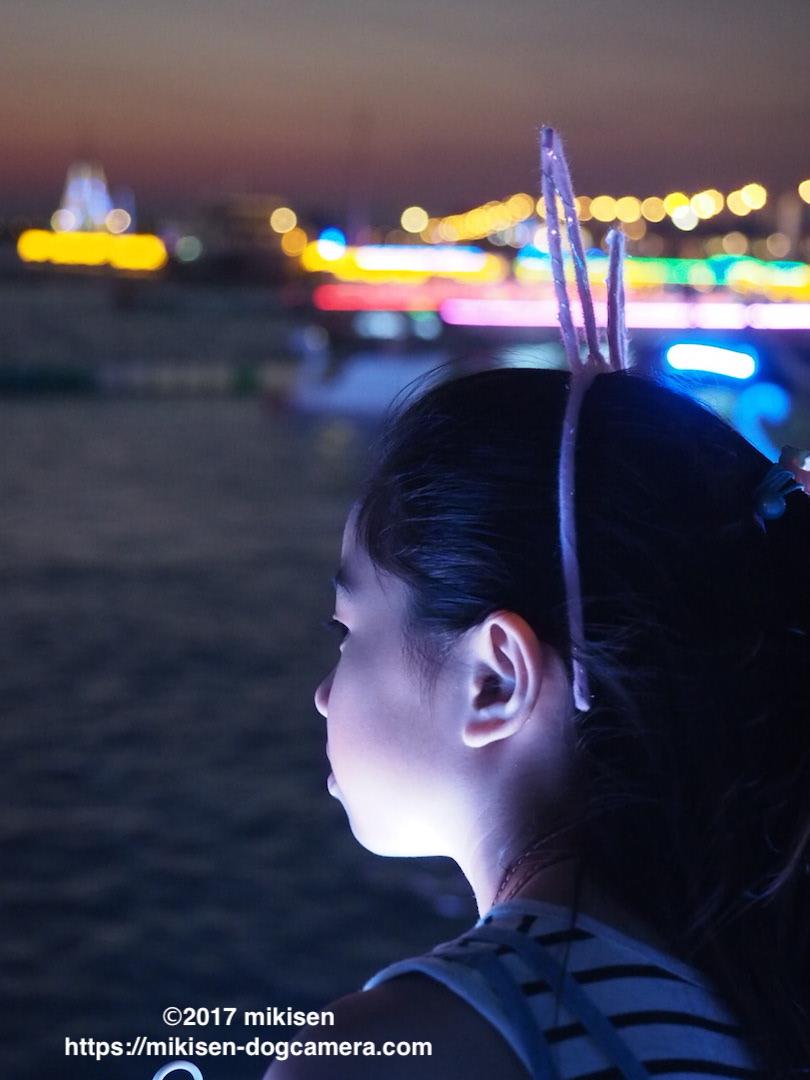 夜景と少女